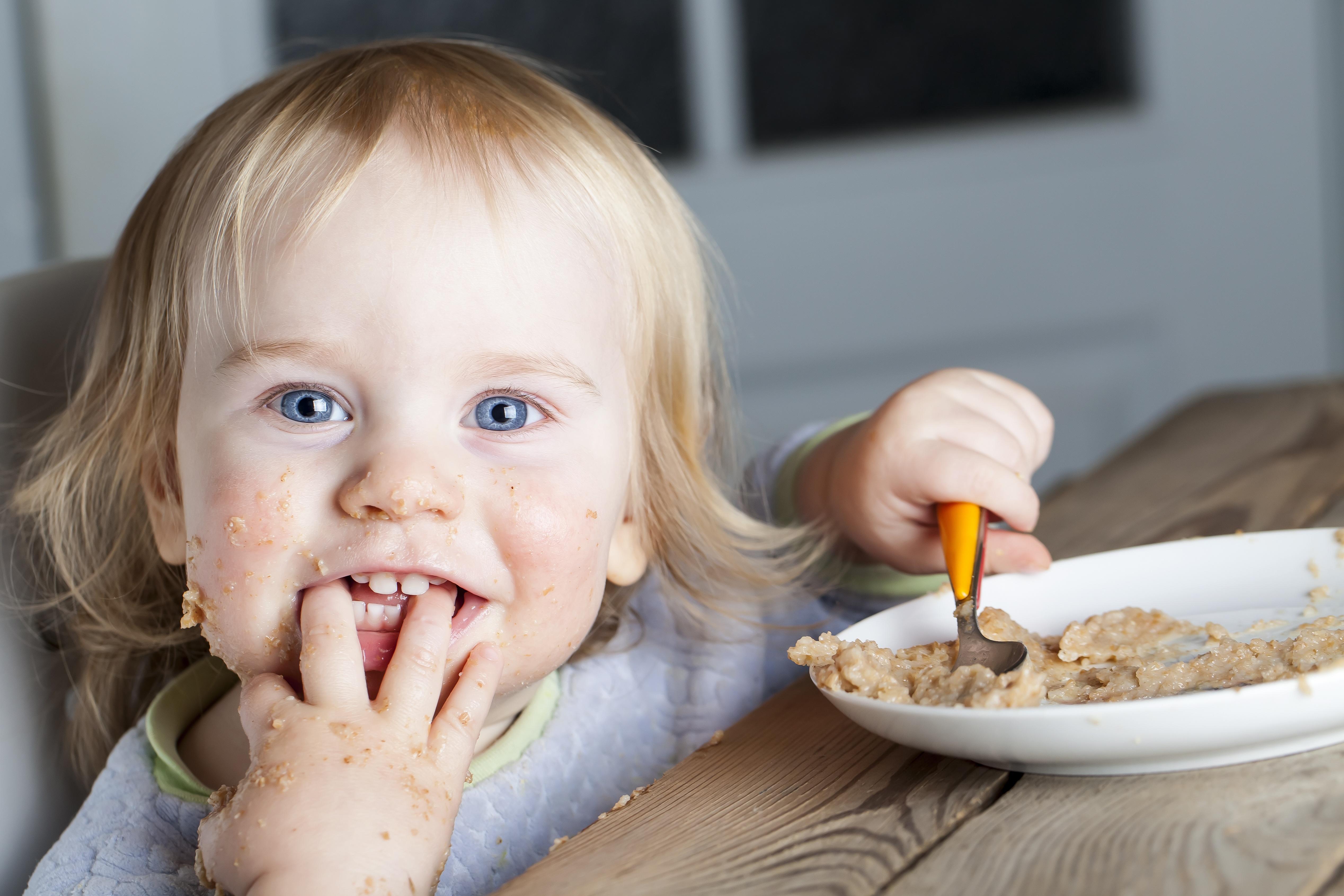 Lapsi syö puuroa